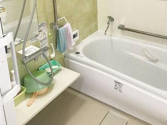 バスルームリフォーム 滑りにくい床と手すりで介護がしやすい浴室に