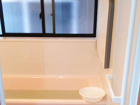 バスルームリフォームペアガラスの窓で採光と断熱性能が両立した浴室