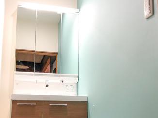 洗面リフォーム お湯がすぐ出る便利な洗面台と、小さな子どもが喜ぶ黒板クロス