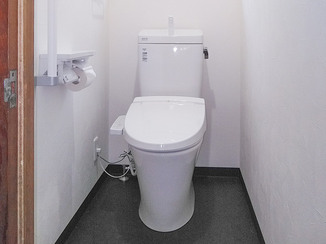 トイレリフォーム スロープと手すりがついた安全に使えるトイレ